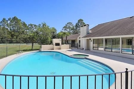 Beautiful Executive Estate with Swimming& Kayaking