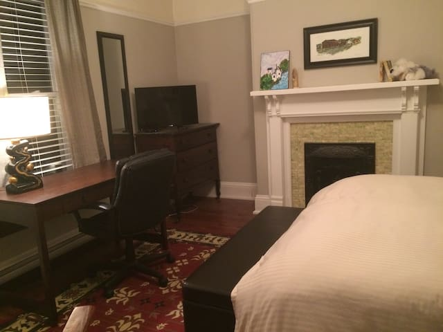 Huge Downtown bedroom in  Character Home - St. John's - Hus