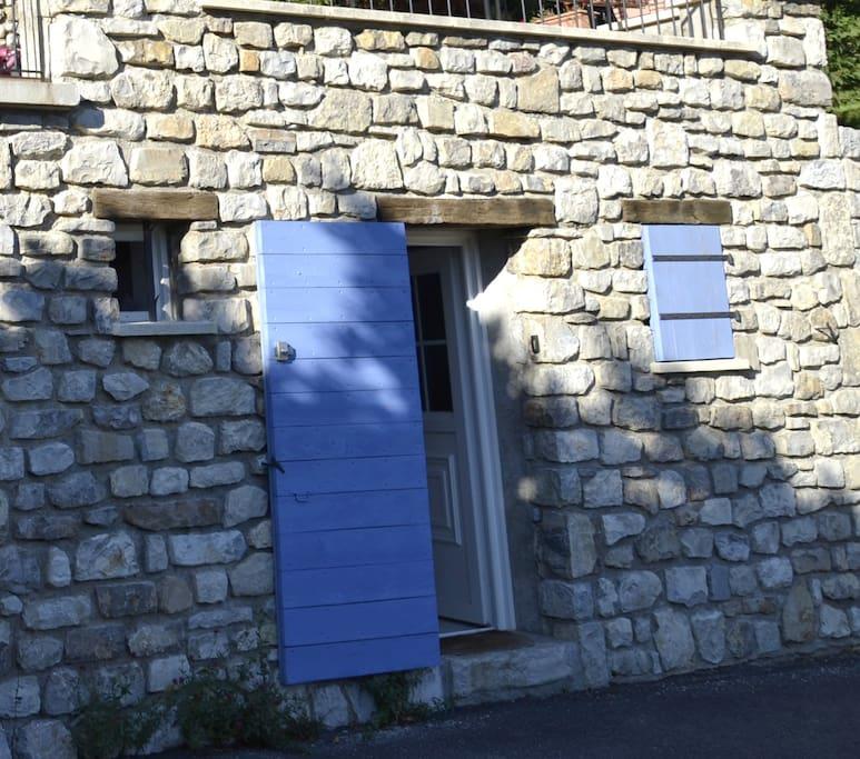 La chambre indépendante se trouve située sous la terrasse de la maison principale