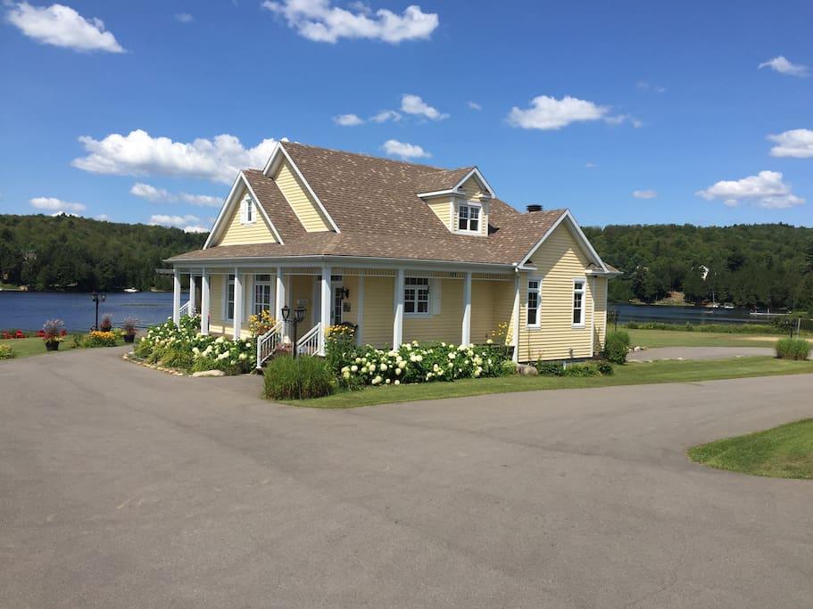 Luxueux logement privé au bord du lac en toute saison! Consultez les autres photos pour l'automne et hiver .