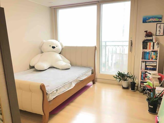 애교많은 시츄강아지와 함께 한가족이 머무는 편안하고 예쁜 집입니다^^