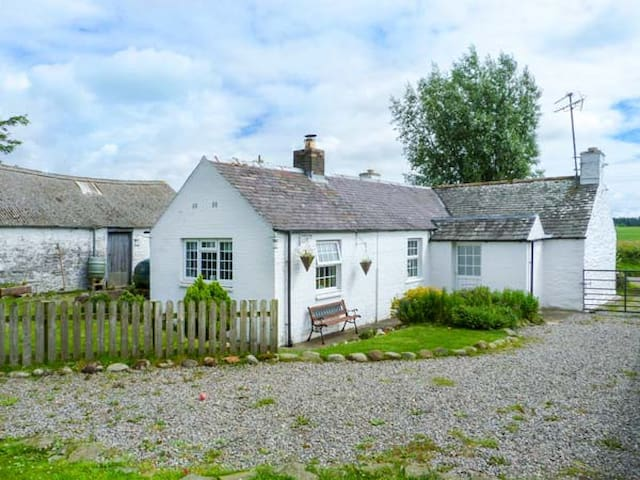 CAMPHILL, pet friendly, with open fire in Kirkcudbright, Ref 936603