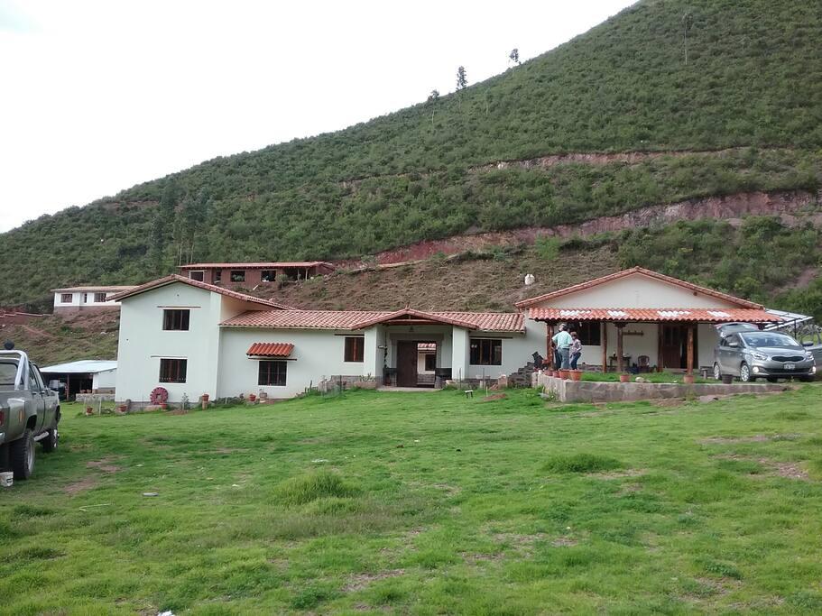 Casa tipo colonial en donde se ubican las habitaciones
