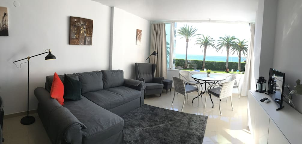 A214 Chic Front Line Beachfront Apartment
