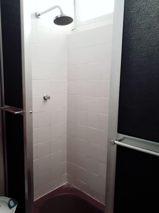 Banheiro (2o piso) com chuveiro com banheira (aquecimento a gas)