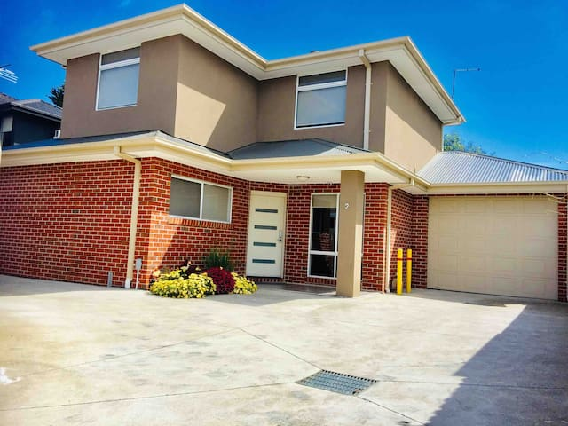 3 B/room,4Beds,2 Baths room,3 Car park ,7km to CBD