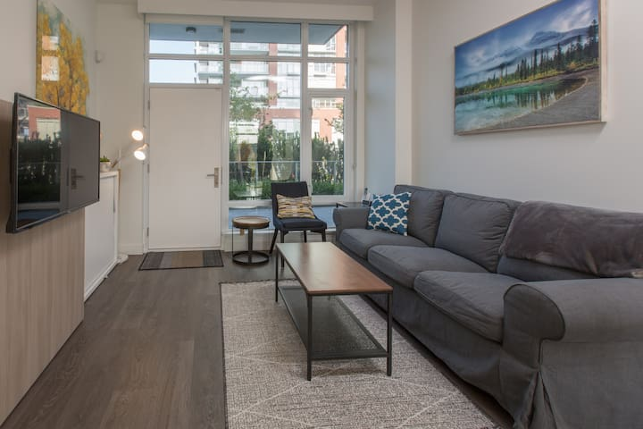 Entrancing Encore-Close to Inner Harbour, AC, Seasonal Pool and Gym