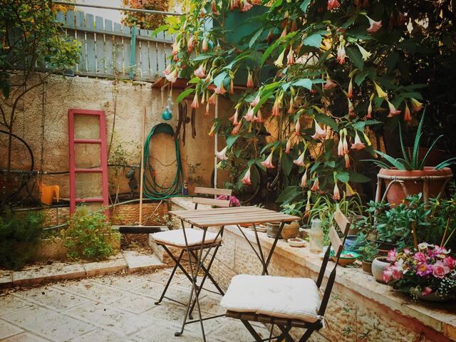 Magical Arabesque Garden Apartment