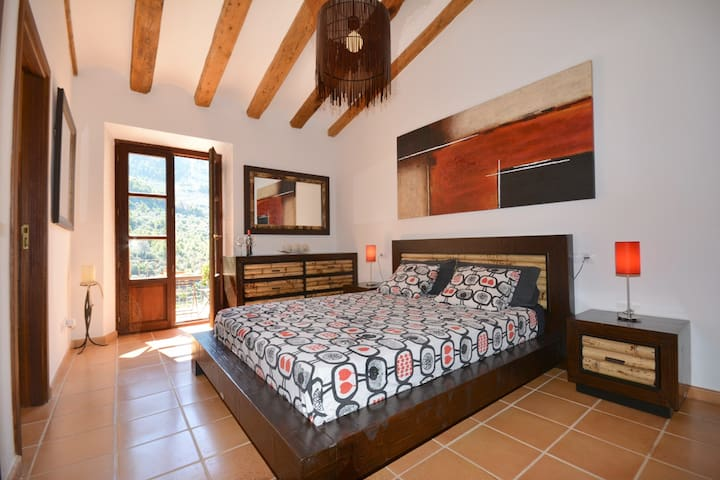 Master bedroom with airconditioning and heating. Private bathroom and a large terrace.