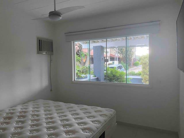 Quarto 1 - cama queen, TV 55 polegadas smart e ventilador de teto.