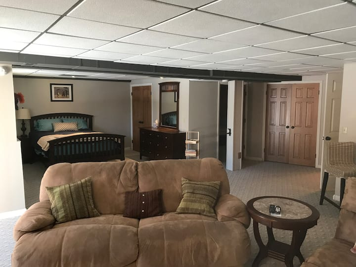 2 bd,1 ba 800 sqft lockoff bsmt by Canyons, by bus