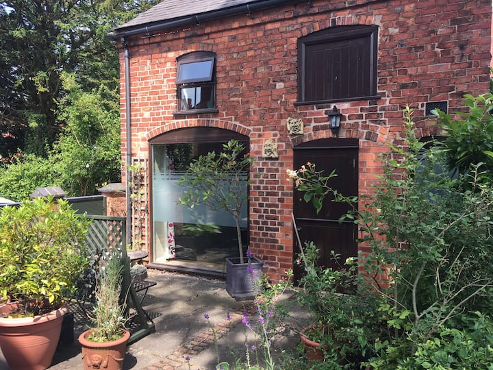 Cosy converted coach house close to town centre.