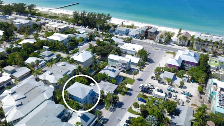 In the Heart of Bradenton Beach, steps to the Beach and Bay