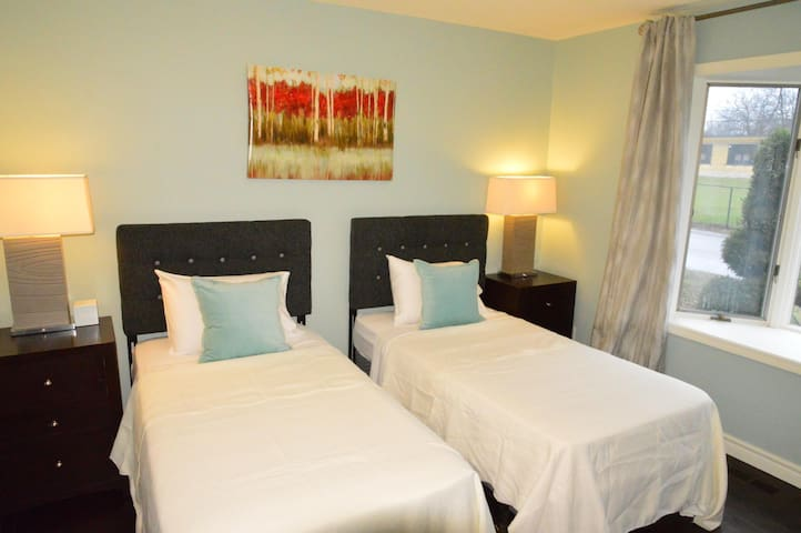Twin Beds in 3rd Bedroom - Sasson House - Niagara-on-the-Lake