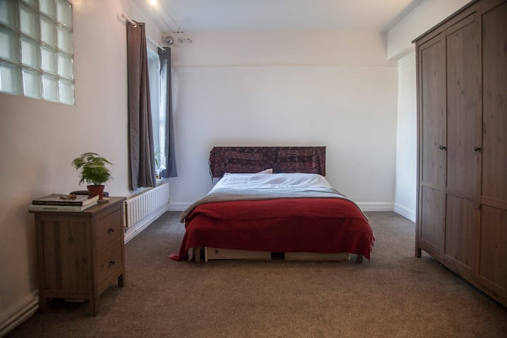 Spacious and Cozy Private Room in London!