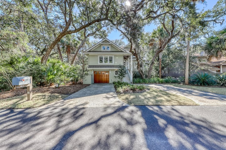 Private home with screened porch – just a short walk to the beach & golf course!