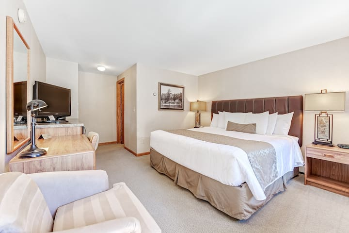Comfortable lakefront suite w/shared tennis/basketball/playground - dogs welcome