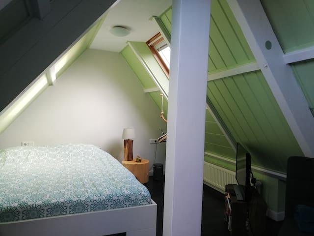 Leuke kamer voor een nachtje naast Gelredome