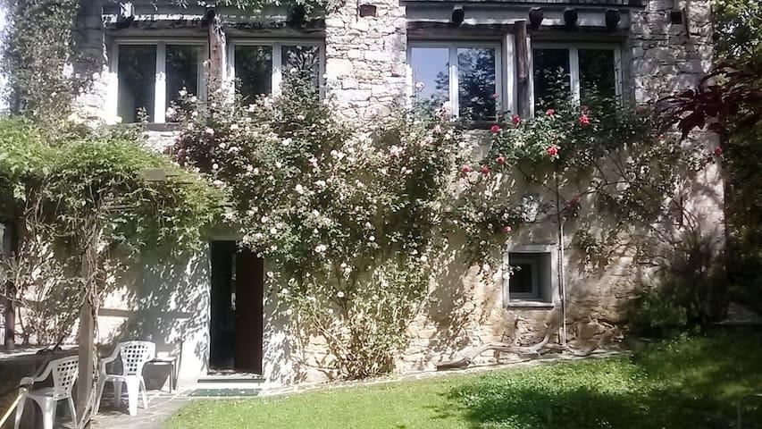 Casa dalle tante finestre - Madonna del Sasso - House