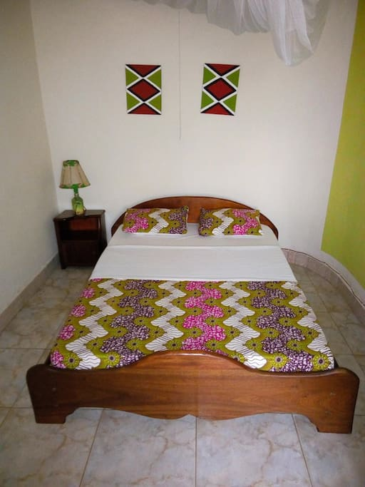 Located on the ground floor, queen  size bed (140 cm x 200 cm), with shared bathroom (shared with Lemon tea room).