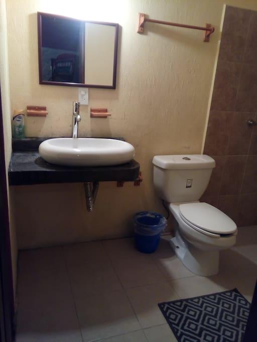 Baño completo dentro de la habitación