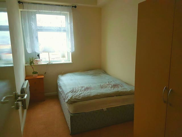 Clean bedroom with own bathroom. Single & Couples - Dublin