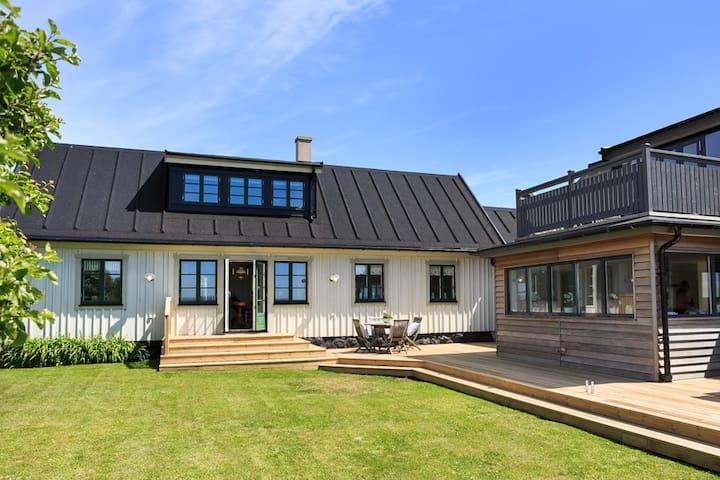 Charmigt nyrenoverat 1800-tals hus vid havet - Nyhamnsläge - House