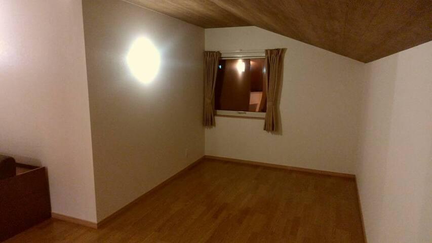 2F寝室大広間。奥スペース。条件が揃えば旭岳が見えます。