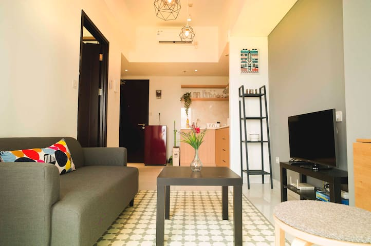 Living area with cable TV, free unlimited wi-fi & well equipped kitchen.