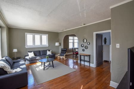 Gorgeous Updated 2nd Floor Apt near Wash U/Clayton - University City - Apartment
