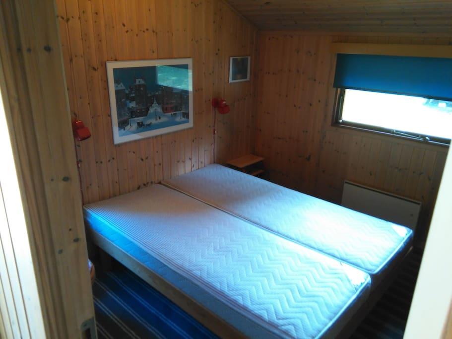 Stort soveværelse med skabe