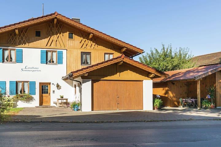 Vivienda con jardín y zona exterior ubicada frente a un lago en los Alpes de Ammergau