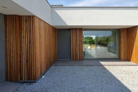 House at the Lake / Dom nad Jeziorem