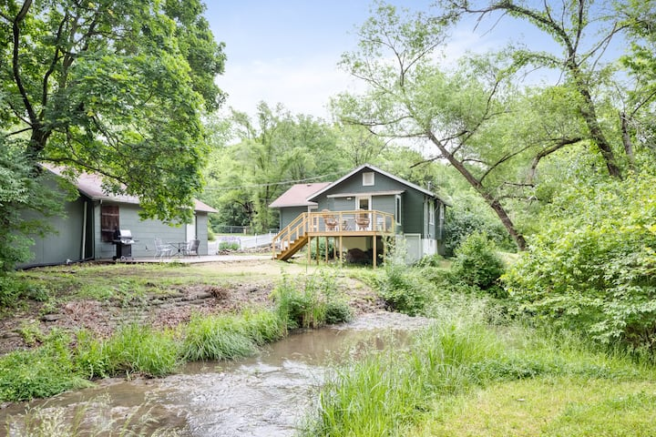 Waterfall Cottage.  Lux Beds.  Minutes to Downtown