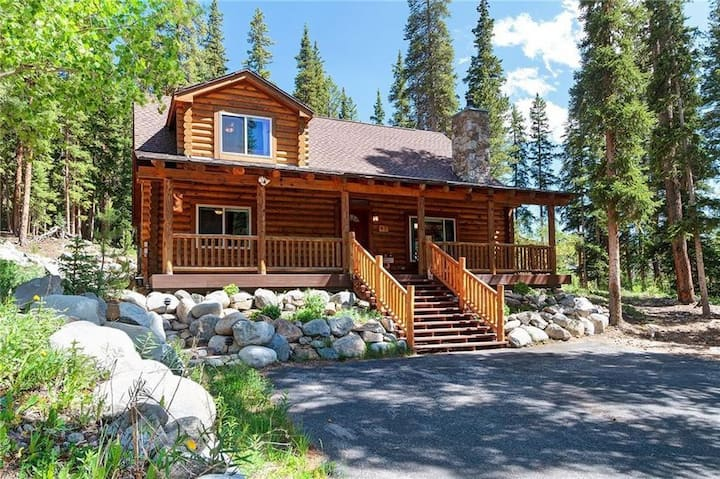 Gorgeous cabin! Close to skiing/Main St; hot tub