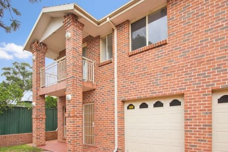 One private room in a townhouse - Blacktown - Ház