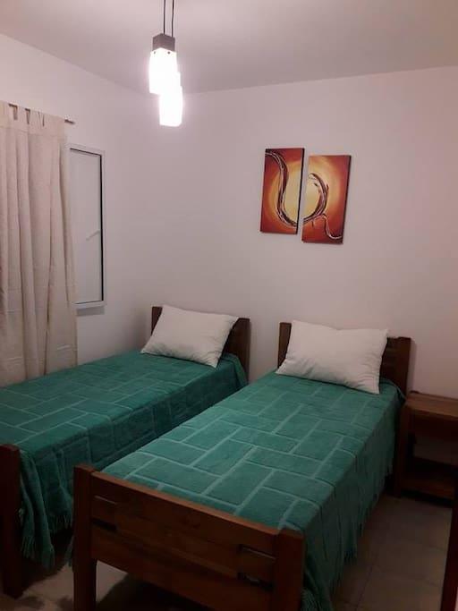 Las camas individuales se pueden hacer cama matrimonial