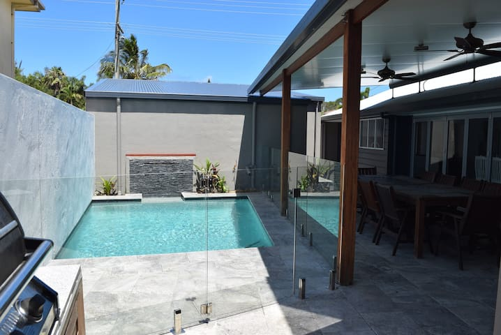 Luxurious Beachside Villa with Pool & Air Con - Bokarina
