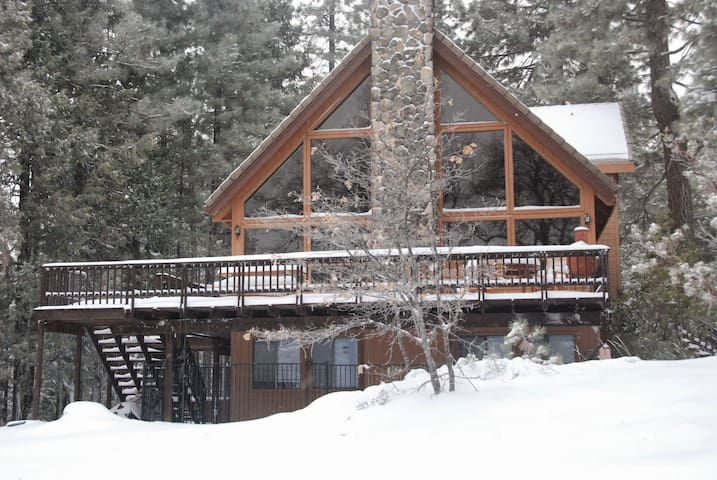 Boogie Bear Chalet on 1 acre level lot with views! - Arnold - Hus