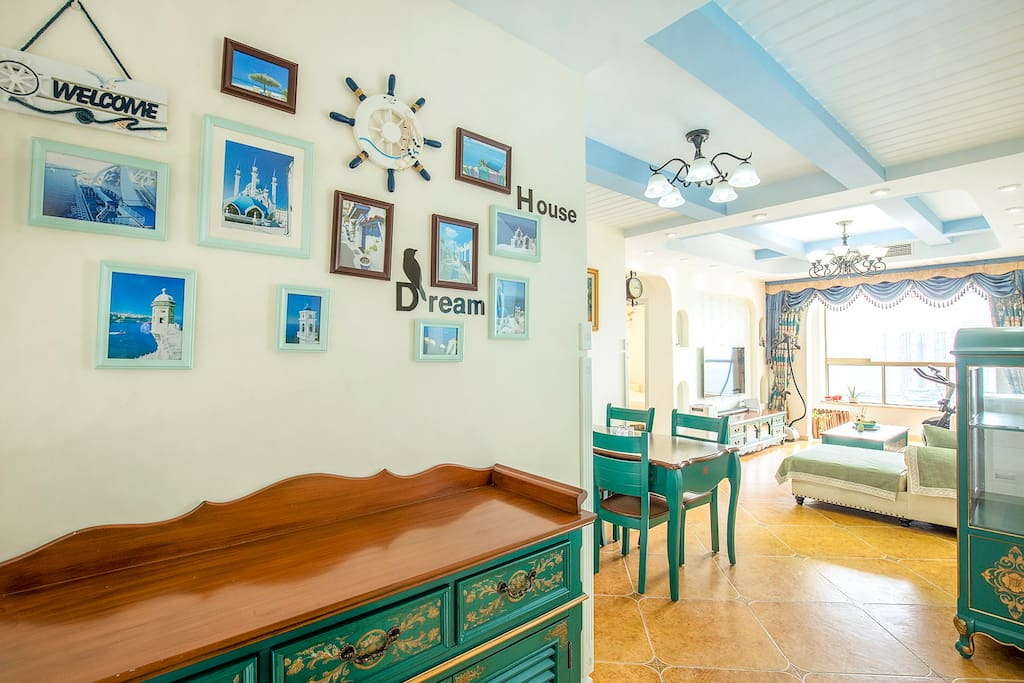 房子为地中海风格,以蓝绿色调为主,突出天空的蓝,和草地的绿,很有小资情调。
