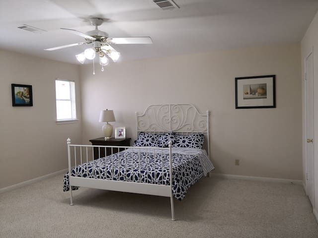 Sunflower large room on 2 floor share bathroom
