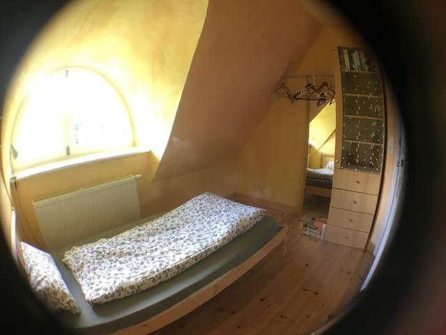 Schlafplatz 3 hat einen Einzelbett /// bedroom 3 has a single bed /// slaapplek 3 heeft een eenpersoonsbed