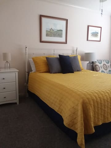 Guestroom with Queen Bed