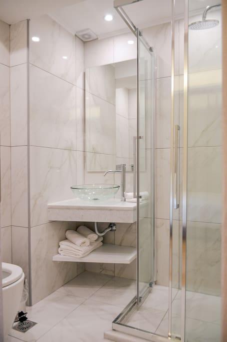Πολυτελές μπάνιο με ντουζιέρα.