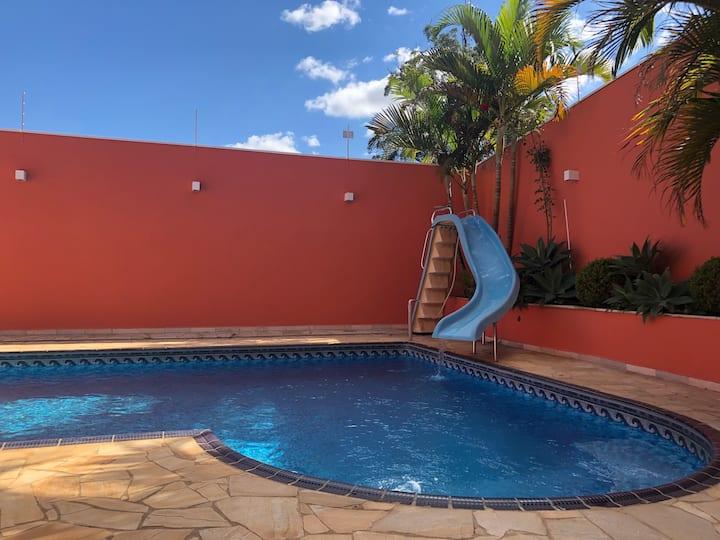 Atibaia com piscina, bilhar e pingue-pongue