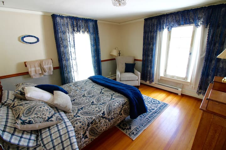 Historic Eagle Manor, Pretty Queen Bedroom #3499