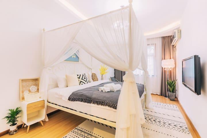 明亮宽敞的房间,唯美浪漫,1.8米乘2米的大床,精心挑选乳胶袋装弹簧床垫,给您优质的睡眠,能很快入睡