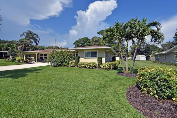Renovated home just a short walk to Siesta Key Beach, shopping, and restaurants
