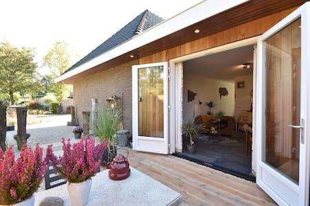 Retro-stijl vakantiehuis nabij Veerse meer met privéterras