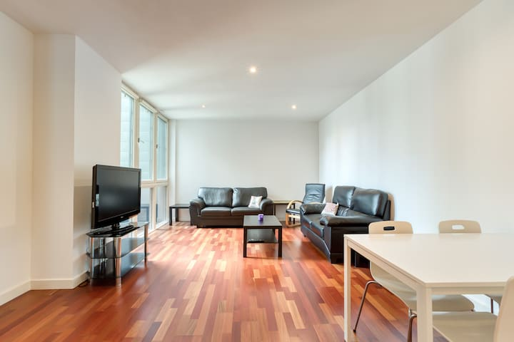 *Heart of City Centre - Exec apt (secure park)*